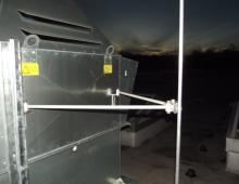 Крепление мачты к оборудованию изолирующим кронштейном