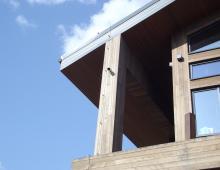 Опуск токоотвода по деревянной колонне