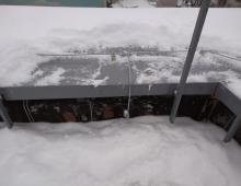Прокладка молниеприёмной сетки по парапету на мостовых опорах